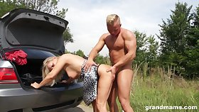 Tanned mature wrinkled whore flashes bosom as she is fucked hard anent dramatize expunge car
